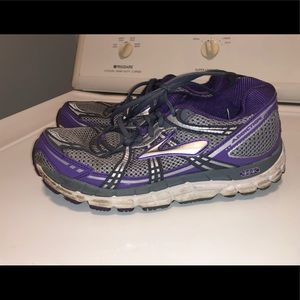Size 8.5 Brooks. Very comfortable.